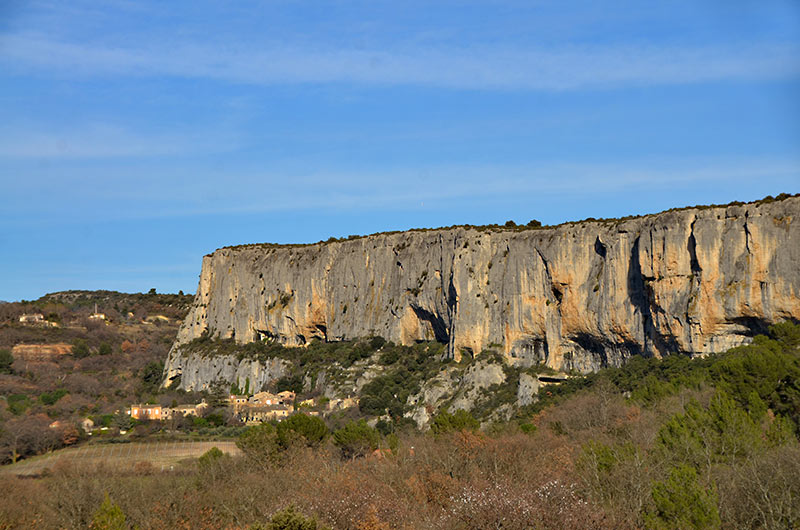 Lioux Village Et Falaise De La Madeleine Luberon Vaucluse