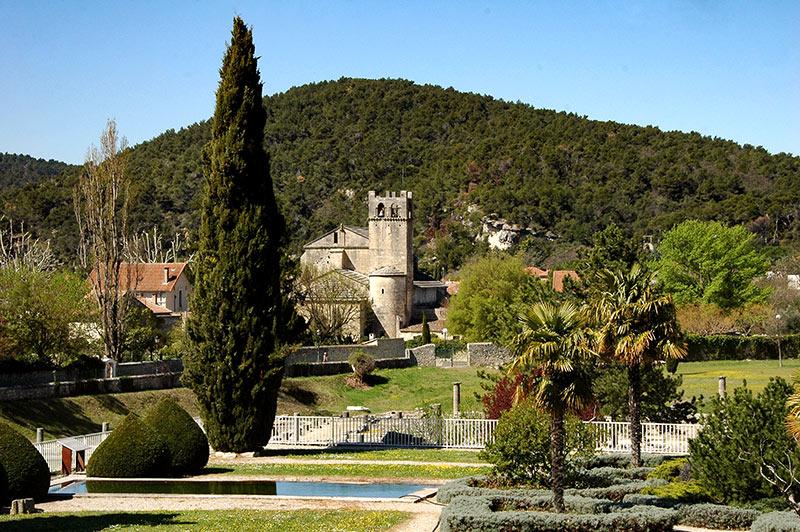 Vaison la romaine la ville haute avec son chateau est - Hotel vaison la romaine piscine ...